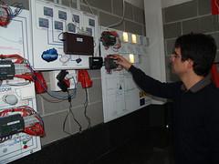 Jordi Rabat, del grup Wattia, supervisant la instal·lació del sistema energètic d'eficiència.