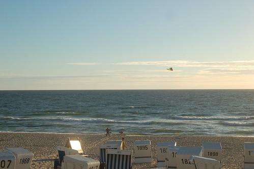 Es gibt noch einen Lenkdrachenpiloten am Strand von Westerland