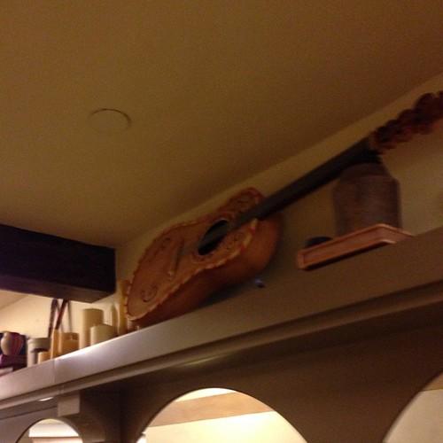ギター。ラプンツェル冒頭のプロップ多数。