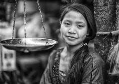 [フリー画像素材] 人物, 女性 - アジア, ミャンマー人, モノクロ, 販売・接客員 ID:201303181400