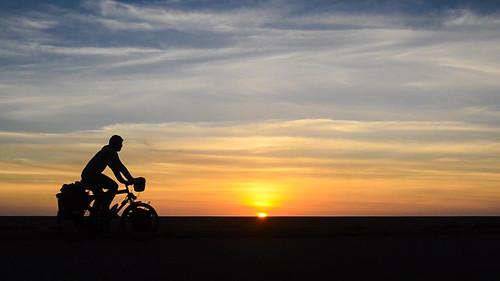 africa sunset sahara bicycle cycling desert morocco western jb velo day130 cyclotourisme westernsahara cycletouring biranzarane centrebiranzarane freewheelycom