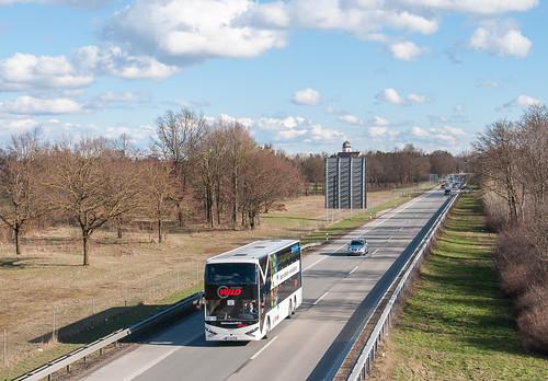 Doppeldeckerbus hat die ersten Meter auf der A8 nach Odelzhausen bereits zurück gelegt.
