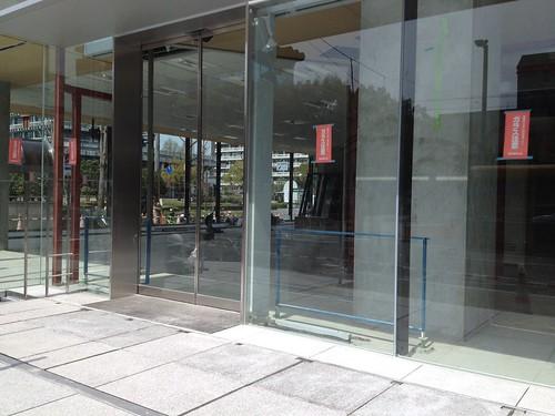 ガラス張りの新電気ビル by haruhiko_iyota