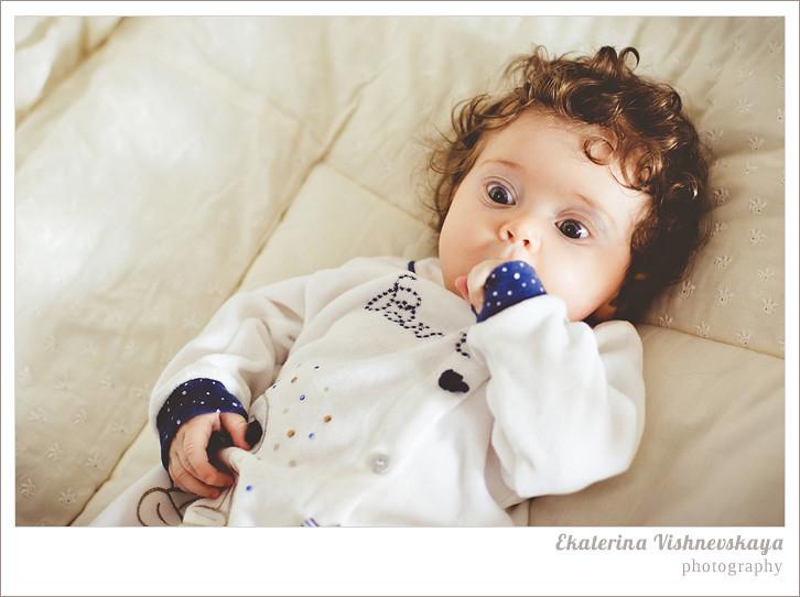 фотограф Екатерина Вишневская, хороший детский фотограф, семейный фотограф, домашняя съемка, студийная фотосессия, детская съемка, малыш, ребенок, съемка детей, кудри, кудряшки, материнство, детская кроватка, удивление, большие глаза, красивый портрет, фотограф москва