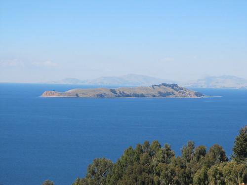 Lac Titicaca: vue sur la Isla de la Luna depuis notre chambre à l'Isla del Sol