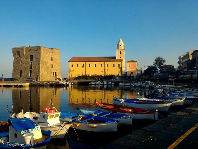 Acciaroli:  panorama con chiesa della Santissima Annunziata e torre di avvistamento normanna.