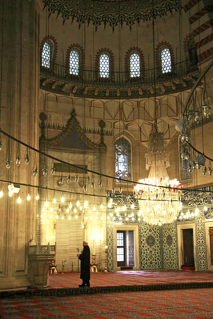 A man in Selimiye Mosque, Edirne, Turkey エディルネ、セリミエ・モスク