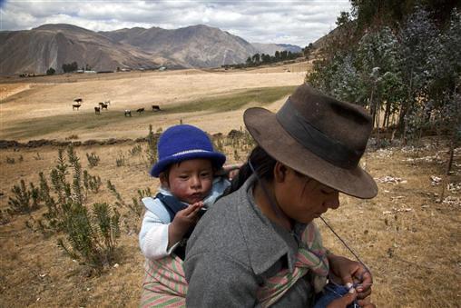 Luis, de um ano de idade, e sua mãe, Maria Broncano Mejia, são indígenas Quechua que vivem na comunidade andina de Llacuash, no Peru. Crédito da foto: UNICEF/NYHQ2011-1599/LeMoyne (24/10/2011)