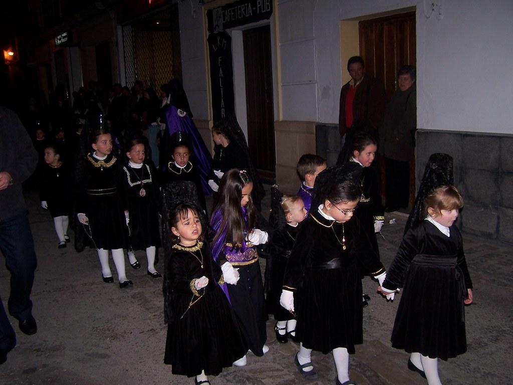 Una imagen insólita y propia de la Semana Santa de Setenil: las niñas vestidas de mantilla. FOTO: ÁNGEL MEDINA LAÍN