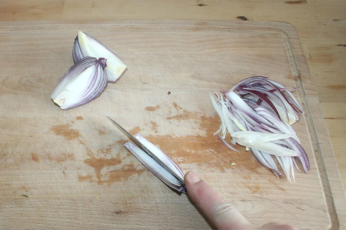 16 - Zwiebel in Spalten schneiden / Cut onion in slices