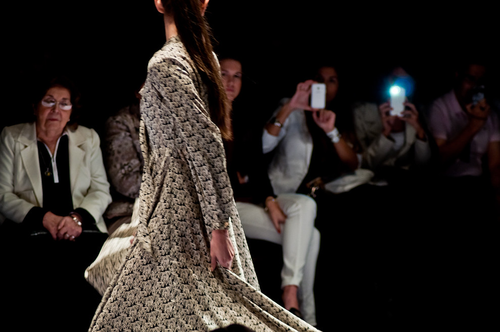 El público tomaba fotos de la prenda que mostraba la modelo durante el desfile de la marca Dora Vera el domingo 14 de abril. (Elton Núñez)