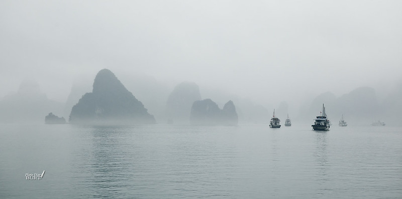 大霧裏的下龍灣