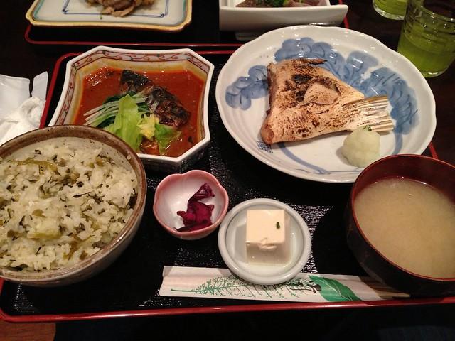 今日の昼ごはん。天然ぶりのカマ焼きとサバの辛みそ煮 at 魚料理 吉成 – View on Path.