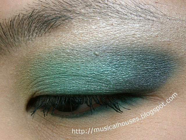 emerald yellow blue eye look side