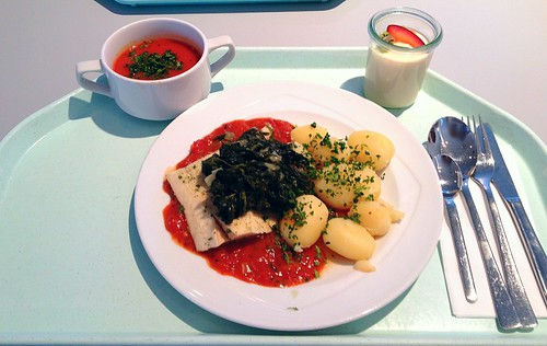 Seelachsfilet im Tomatenbett mit Blattspinat & Tomatencremesuppe / Coalfish on tomatoes with leaf spinach & tomato cream soup