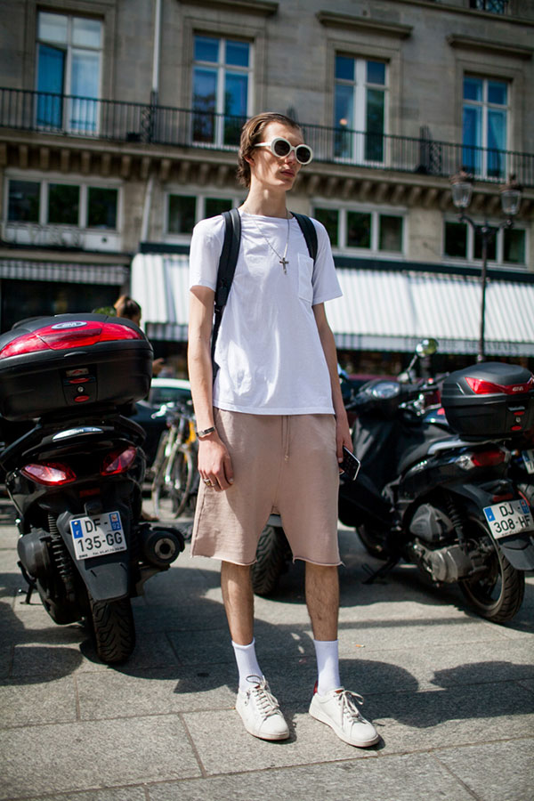 白無地ポケットTシャツ×スウェットハーフパンツ×白ローカットスニーカー