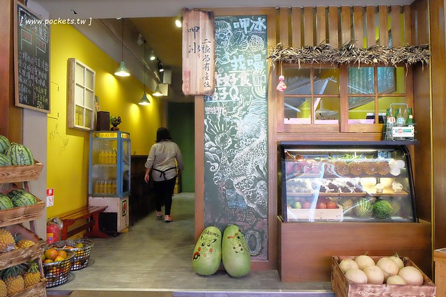 28810330442 12aa8fa345 z - 逢甲冰菓室│復刻懷舊冰菓室,有整顆鳳梨的水果叢林和整顆哈蜜瓜的夏日哈球雪花冰