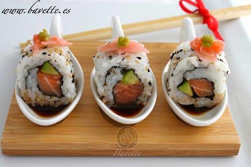 Sushi Uramaki de salmón y aguacate, con salsa de soja y wasabi