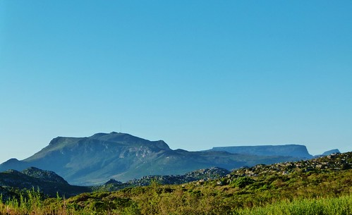 Clear autumn skies and a mountain vista ...
