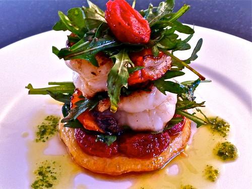 """Gebratene Krevetten auf einer Tarte von """"süssen Erdbeeren"""" und Ruccola Salat"""