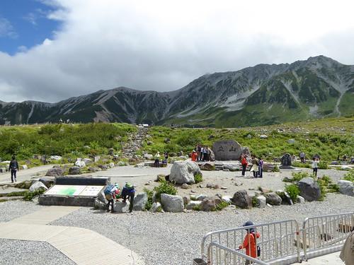 室堂駅前 目の前に立山 駅前で立山の湧水を汲める