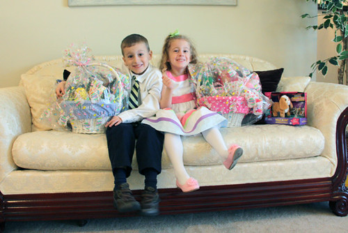 Kids-with-Baskets-on-Couch
