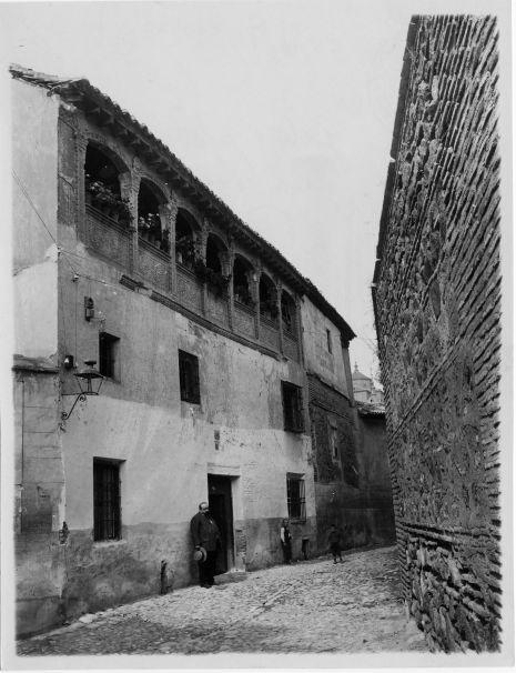 Ventura Reyes Prósper en una casa de la Calle de San Lorenzo. © Fondo Rodríguez. Archivo Histórico Provincial. JCCM. Signatura CGD2-007-1