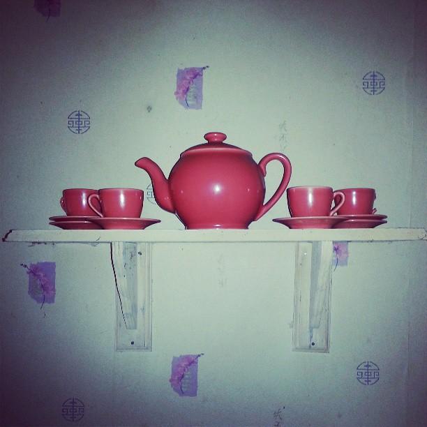 Je revend mon service orange car lasser de le voir. Plus que 4 tasses / 6 dont une avec anse cassé.  Mais tous des dessous de tasse. Faire offre. #vintage #tasse #thé