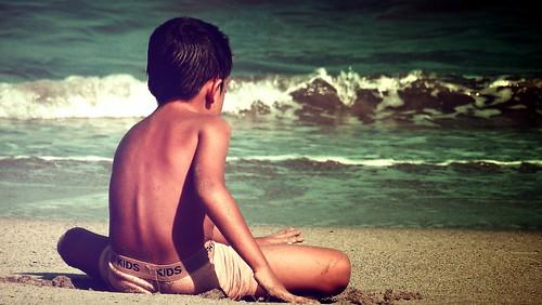 Niño en la playa by LuchoVaS
