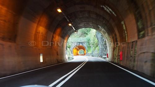 連なるトンネル