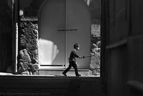Sant Jordi en el momento de clavar la espada al dragón. by JoanOtazu
