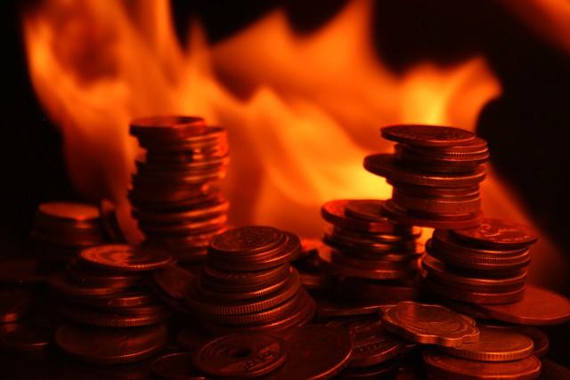 借錢給他等於燒錢