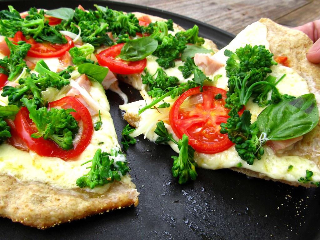 pizza-integral-de-brocolis,-peito-de-peru-e-manjericão