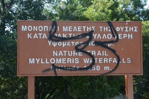 Der Wegweiser zum Myllomeris Wasserfall ist gezeichnet
