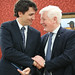 Bob Rae presents Justin with Wilfrid Laurier's pen. Bob Rae presente Justin avec le stylo à plume de Wilfrid Laurier. Ottawa, On. Apr 17, 2013.  de Wilfrid Laurier. Ottawa, On. Apr 17, 2013.
