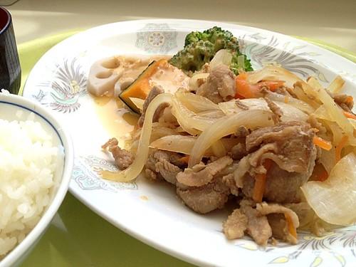 今日の社食は豚肉の甘辛炒め 蒸し野菜添え。430円。