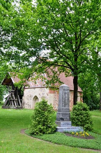 Dtsl. mei 2013 (136) Goldenstädt. Kapel met monument 14-18 en daaronder ook voor WO II.