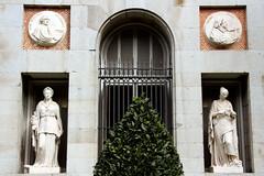 Museo del Prado con artistas viejos, muy viejos