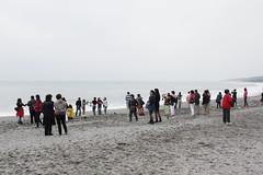 陸客在八仙洞前與太平洋合照