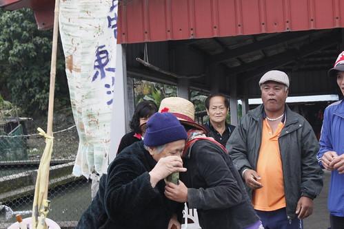 靜浦的長輩和徒步行動的成員擁抱,彼此鼓勵打氣。