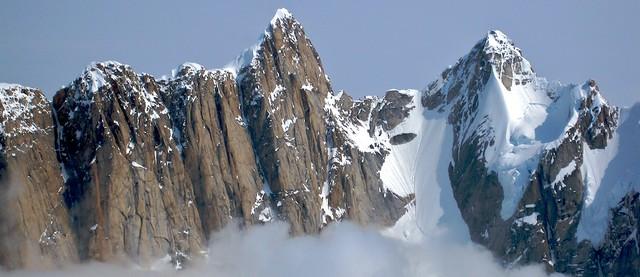 Το Mooses Tooth είναι η αριστερή κορυφή. Η διαδρομή Ham and Eggs κινείται στο λούκι που βρίσκεται αριστερά της