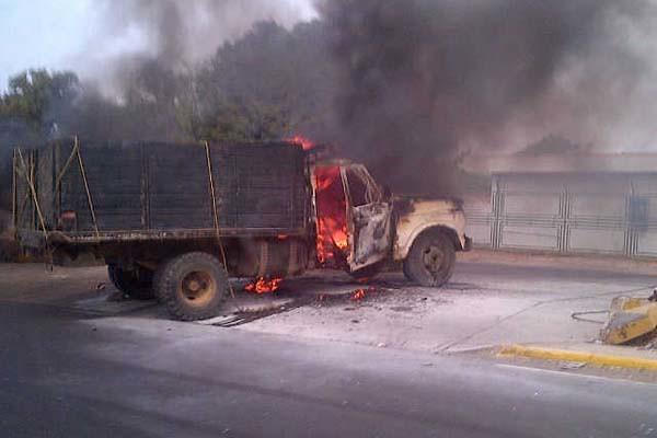 camion 350 se incendia en la bomba de los olivos