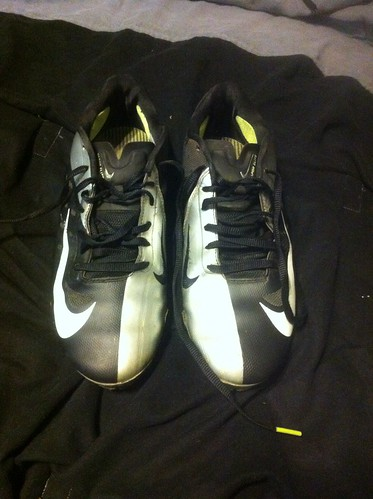 Nike vapor elite football cleats. Good condition. Only worn for half a season. Size 8. For sale.