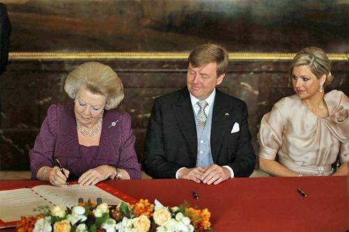 Queen Beatrix signs abdication