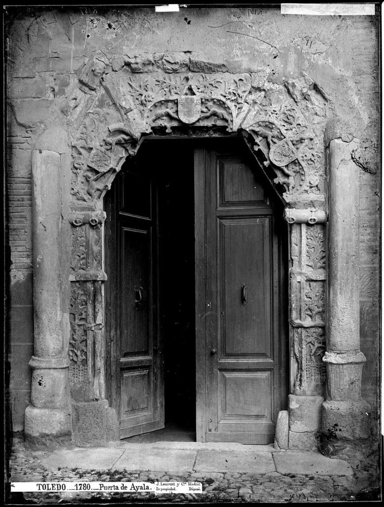 Portada del Palacio de los Condes de Peromoro en su emplazamiento original en la C/ Instituto hacia 1870. Fotografía de Jean Laurent © Fototeca del IPCE. Archivo Ruiz Vernacci. Signatura VN-03025_P