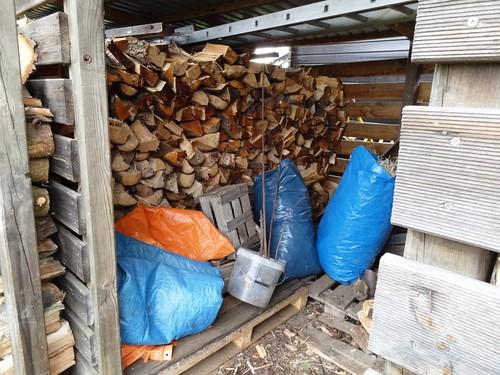 fasr voller Holzschuppen