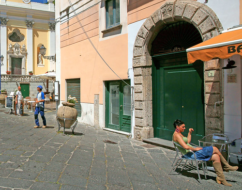 viavescovado amalficoast provinceofsalerno campania italia italy street streetphotography via lady ladysitting people person it minoltakid theminoltakid rossdevans rossevans europe greendoor relaxation chilling
