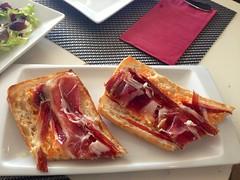 Tosta de jamón de jabugo con salmorejo - Restaurante Lounge En copa de balón