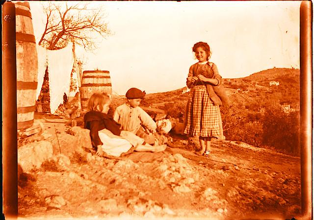 Niños en un cigarral. Fotografía de Pedro Román © Fondo Rodríguez. Archivo Histórico Provincial. JCCM. Signatura R-150-3-16
