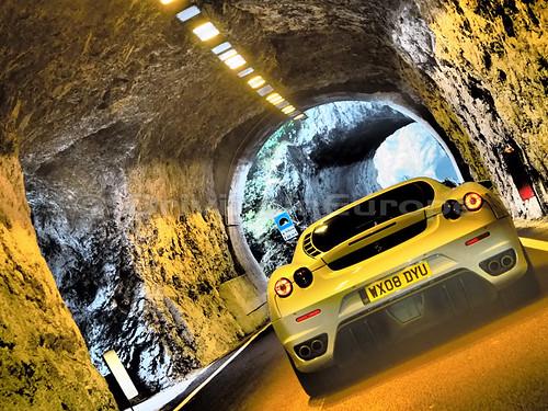 荒々しい岩肌が残る小さなトンネル